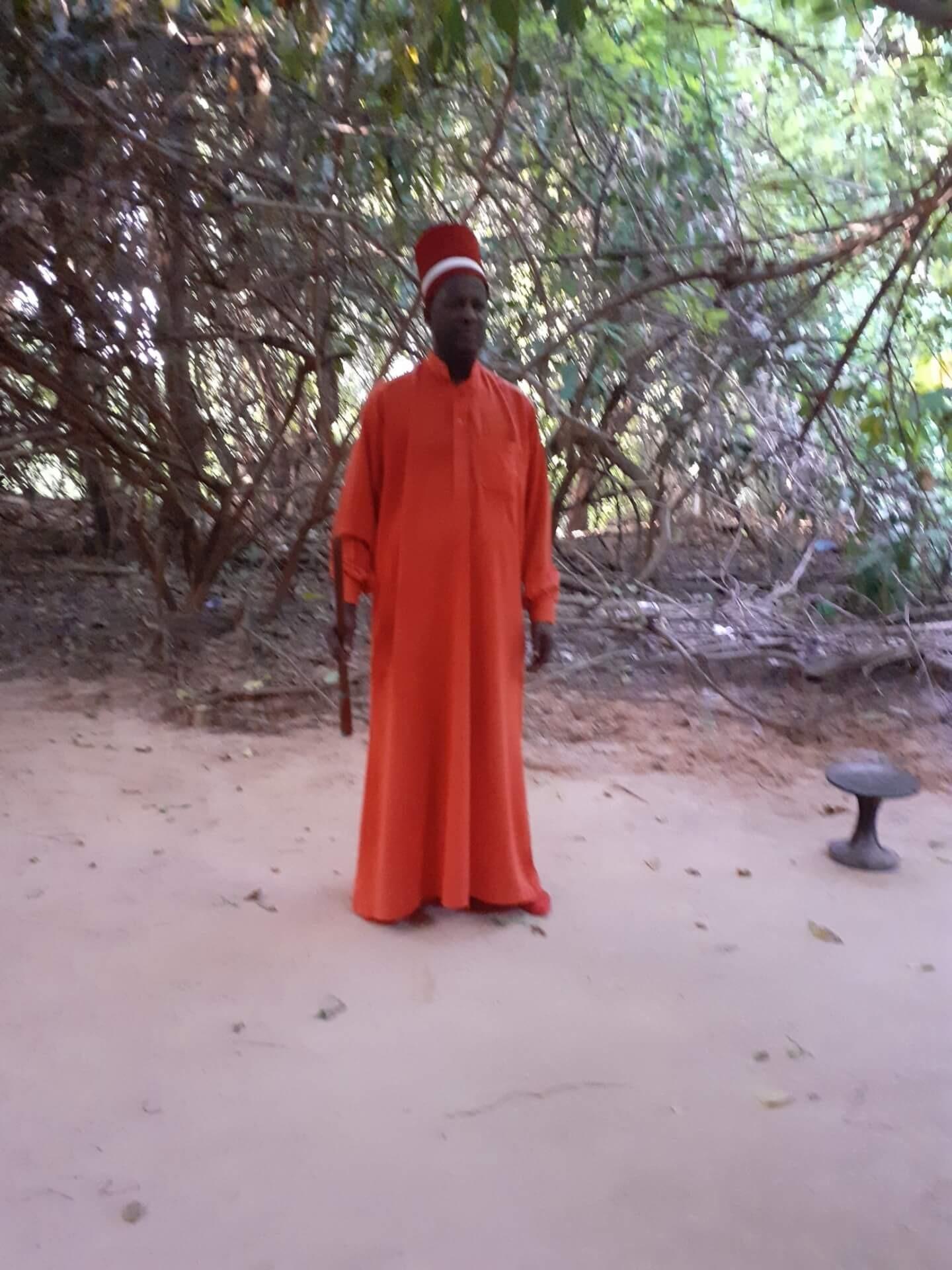 Le roi d'Oussouye tout de rouge vêtu