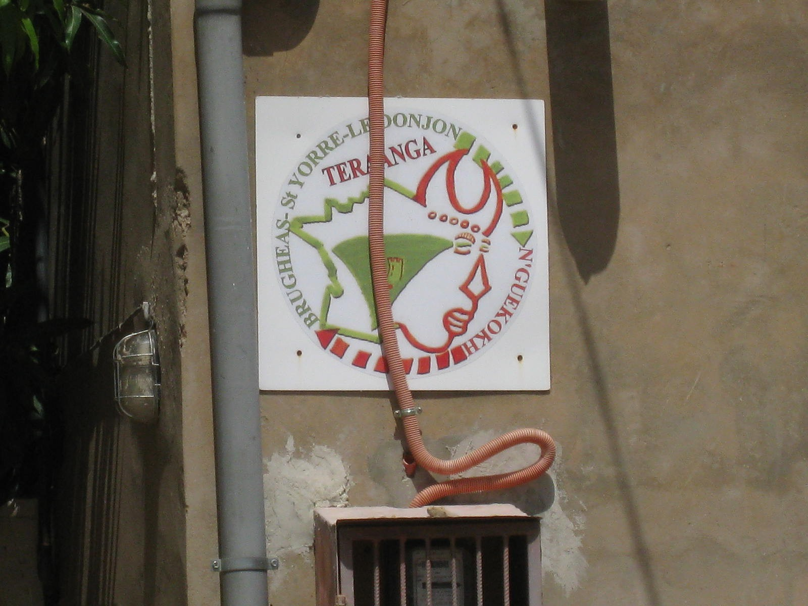 Logo de Teraanga sur le mur de la maison du jumelage.